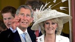 9. April 2005: Charles und Camilla strahlen nach der standesamtlichen Trauung © dpa Fotograf: Tim Ockenden