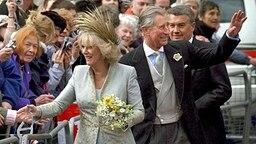 9. April 2005: Camilla und Charles nehmen nach der Trauung Glückwünsche der Passanten entgegen. © dpa Bildfunk