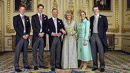 Familienfoto zur Hochzeit am 9. April 2005: Prinz Harry (von links nach rechts), Prinz William, Prinz Charles, Herzogin Camilla, Laura und Tom Parker Bowles © Picture-Alliance / dpa Fotograf: Hugo Burnand