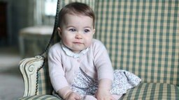 Prinzessin Charlotte sitzt auf einem Sessel auf dem Landsitz Amner Hall. © dpa-Bildfunk Fotograf: The Duchess of Cambridge