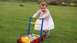 Prinzessin Charlotte im Garten des Landsitzes Anmer Hall © dpa-Bildfunk Fotograf: Hrh The Duchess Of Cambridge