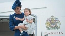 Herzogin Kate steigt mit ihrer Tochter Prinzessin Charlotte bei einem Besuch in Kanada im Oktober 2016 aus einem Flugzeug. © picture alliance / AP Images Fotograf: JONATHAN HAYWARD