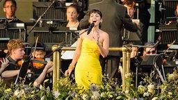 Katie Melua singt auf der Bühne anlässlich des Coronation Festivals im Garten des Buckingham Palace. © dpa / picture alliance Foto: Dominic Lipinski