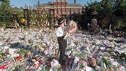 Tausende Trauernde haben am 2. September 1997 für Diana Blumen auf dem Platz vor dem Kensington Palace in London niedergelegt © dpa Bildfunk