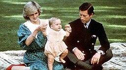 Diana und Charles mit ihrem erstgeborenen Sohn William im April 1983 bei einem Staatsbesuch in Australien. © dpa / picture alliance
