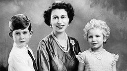 Queen Elizabeth II. mit ihren Kindern Prinz Charles und Prinzessin Anne © Picture-Alliance / dpa Foto: Marcus Adams