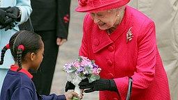 Queen Elizabeth II. bekommt Blumen von einem Kind geschenkt © Picture-Alliance / dpa / EPA Foto: Geoff Caddick