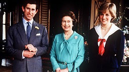 Queen Elizabeth mit Prinz Charles und Lady Diana Spencer nach deren Verlobung 1981 © Picture-Alliance / dpa