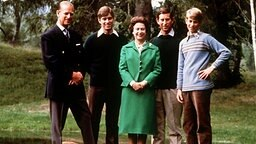 Queen Elizabeth II., Prinz Philip , Prinz Andrew, Prinz Charles und Prinz Edward im Park von Schloss Balmoral in Schottland © Picture-Alliance / dpa / Press Association