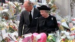 5. September 1997: Queen Elizabeth II. und Prinzgemahl Philip betrachten die Blumen und Geschenke für die verstorbene Diana vor dem Kensington Palace in London © Picture-Alliance / dpa