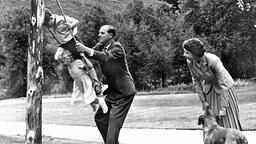 Prinz Charles und Prinzessin Anne lassen von ihrem Vater, Prinz Philip, beim Schaukeln auf Schloss Balmoral Schwung geben © Picture-Alliance / dpa / UPI