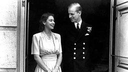 Prinzessin Elizabeth und Prinz Philip bei der Verkündung ihrer Verlobung © Picture-Alliance / dpa