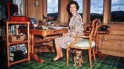 Queen Elizabeth II. an ihrem Schreibtisch in ihrem Arbeitszimmer auf Schloß Balmoral. © dpa - Bildarchiv