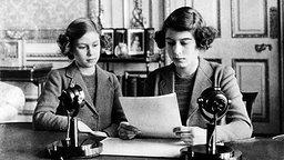 Prinzessin Margaret und Prinzessin Elizabeth vor einer Radioansprache in den frühen 1940er-Jahren © Picture Alliance / Everett Collection