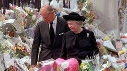 Trauer um Prinzessin Diana: Königin Elizabeth und Prinz Philip nach der Trauerfeier im Blumenmeer vor dem Kensington Palast. © dpa-Bildarchiv