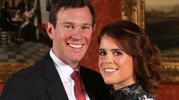 Prinzessin Eugenie und Jack Brooksbank posieren nach der Bekanntgabe ihrer Verlobung für ein Foto im Buckingham Palace. © Picture-Alliance / dpa Foto: Jonathan Brady