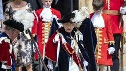 Mit Federhut und Umhang nimmt Queen Elizabeth am Garter Day 2018 teil. © Picture-Alliance / Empics Foto: Steve Parsons