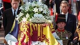Mit starren Gesichtern folgen am 6. September 1997 Dianas Bruder Charles (links) und Prinz Charles (r) dem Sarg Dianas auf dem Weg zur Trauerfeier in die Londoner Westminister Abtei. © picture-alliance / dpa
