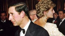 Szenen einer zerütteten Ehe: Prinz Charles und Diana wenden sich bei einem Theaterbesuch 1992 in London den Rücken zu, Foto: dpa Bildfunk © dpa Bildfunk