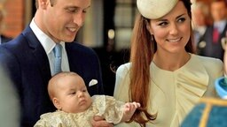 William und Kate mit Prinz George kommen am 23. Oktober 2013 beim St. James's Palace an. © picture alliance / empics / PA Wire