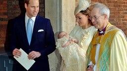Prinz William (links), Herzogin Kate mit Prinz George auf dem Arm und der Erzbischof von Canterbury nach der Taufe am 23. Oktober 2013. © picture alliance / Photoshot