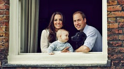 Kate, Baby George, William blicken aus einem Fenster des Kensington Palastes © dpa-Bildfunk Fotograf: Jason Bell / Camera Press Handou