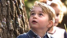 Prinz George schaut schwebenden Seifenblasen zu. © Picture-Alliance / Empics Fotograf: Jonathan Hayward