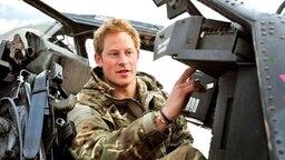 Prinz Harry im Januar 2013 in einem Apache-Kampfhubschrauber. © dpa-Bildfunk