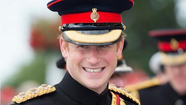 Prinz Harry lächelnd bei der Gedenkfeier in Folkestone zum 100-jährigen Jahrestag des Ausbruchs des Ersten Weltkriegs. © picture alliance / empics Fotograf: Eddie Mulholland/Telegraph