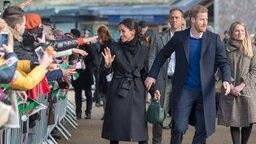 Prinz Harry und seine Verlobte Meghan Markle werden am 18.01.2018 anlässlich ihres Besuchs im Schloss in Cardiff (Wales) von zahlreichen Menschen begrüßt. © dpa-Bildfunk Fotograf: Arthur Edwards/The Sun