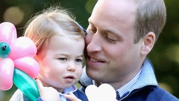 Prinz William mit Prinzessin Charlotte auf einer Kinderparty während des Besuchs in Kanada im September 2016. © picture alliance / empics Fotograf: Chris Jackson