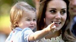 Herzogin Kate mit Prinzessin Charlotte auf einer Kinderparty während des Besuchs in Kanada im September 2016. © picture alliance / empics Fotograf: Chris Jackson