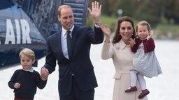 Prinz William und Herzogin Kate mit Nachwuchs Prinz George und Prinzessin Charlotte stehen während ihres Besuchs in Kanada im September 2016 neben einem Flugzeug. © picture alliance / Photoshot