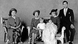 Das offizielle Foto der Königsfamilie anlässlich der Taufe von Prinz Harry 1984. © picture-alliance / dpa