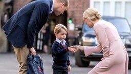 Bei seiner Einschulung begrüßt Prinz George seine Lehrerin mit einem Händedruck. © dpa Bildfunk Fotograf: Richard Pohle