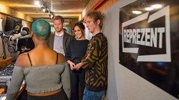 Prinz Harry (zweiter von links) und Meghan Markle (zweite von rechts) besuchen am 9. Januar 2017 einen Radiosender in London. © dpa Bildfunk