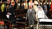 In der St George's Chapel übergibt Brautführer Charles Meghan an Prinz Harry. © Picture-Alliance Foto: Jonathan Brady