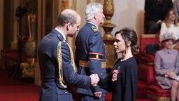 Designerin Victoria Beckham erhält den Orden des Britischen Empires aus der Hand von Prinz William. © picture alliance / empics Fotograf: Yui Mok