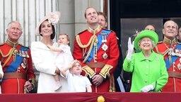 Prinz Charles, Herzogin Kate, Charlotte, George, Prinz William, Queen Elizabeth II. und Prinz Philip stehen auf dem Balkon des Buckingham Palace. © dpa-Bildfunk Foto: Facundo Arrizabalaga