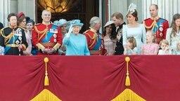 Die Queen winkt vom Balkon des Bukcingham Palastes den royalen Fans zu. Zur ihrer Rechten steht Prinz Andrew. Außerrdem sind Prinz Charles, Herzogin Kate, Charlotte, George und Prinz William zugegen. © picture alliance/ZUMA Press Fotograf: Ray Tang