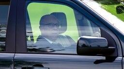 Prinz Philip beim Autofahren in einem Geländewagen. © Picture-Alliance / dpa Foto: Steve Parsons