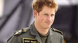 Royal Airforce Base in Shawbury 2009: Prinz Harry steht in Fliegeruniform vor einem Hubschrauber © picture-alliance
