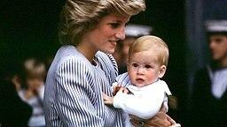 Lady Diana 1985 mit ihrem kleinen Sohn Prinz Harry auf dem Arm © picture-alliance / dpa
