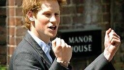 2003: Prinz Harry freut sich über seinen bestandenen Schulabschluss am Eton College und ballt die Fäuste © Picture-Alliance / dpa Fotograf: Rousseau