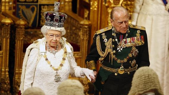 Die Queen plaudert über kleine Tücken der Krone
