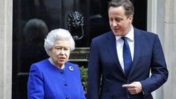 James Cameron verabschiedet Queen Elizabeth nach der Kabinettssitzung in Downing Street 10. © Picture-Alliance / Photoshot