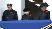 Prinz Philip, Queen Elizabeth und Herzogin Camilla verfolgen die Gedenkfeier zum Remembrance Sunday vom Balkon des Außenministeriums in London. © Picture-Alliance / Photoshot