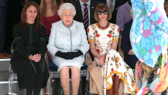 Queen Elizabeth II. staunt auf der London Fashion Week