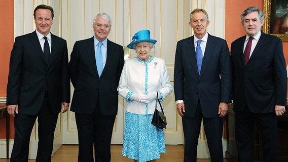 Anlässlich ihres 60. Thronjubiläums hat die Queen mit den britischen Premiers David Cameron (links), John Major, Tony Blair und Gordon Brown zu Mittag gegessen. © Picture-Alliance / Photoshot
