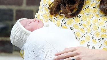 Prinzessin Kate steht mit ihrer Tochter Charlotte auf dem Arm vor dem St. Mary Krankenhaus in London. © dpa-Bildfunk Fotograf: Facundo Arrizabalaga
